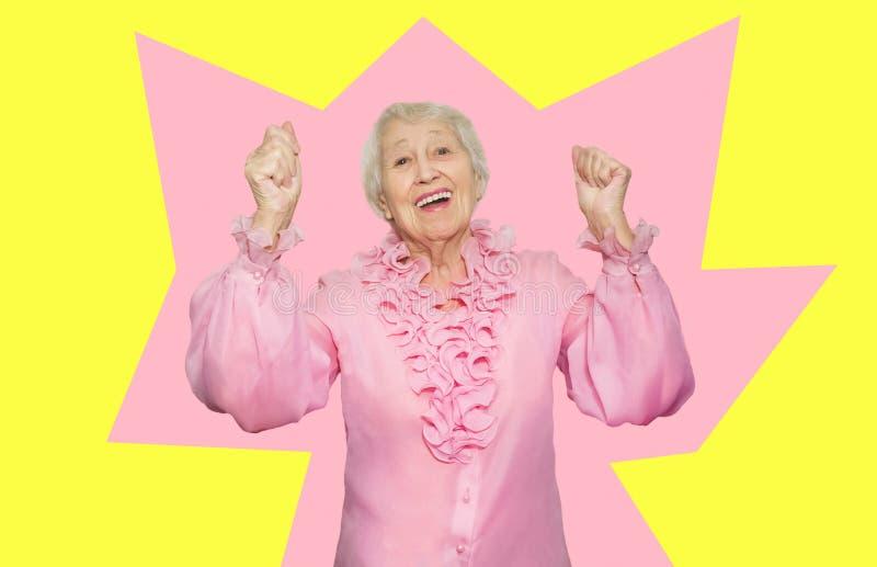 Stående av en förvånad hög kvinna över rosa bakgrund royaltyfria bilder