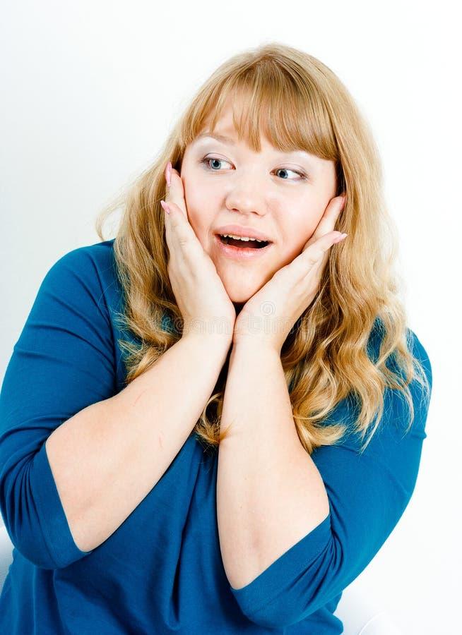 Stående av en förvånad ung blond kvinna arkivfoto