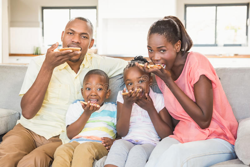 Stående av en familj av hållande ögonen på tv fyra arkivbild