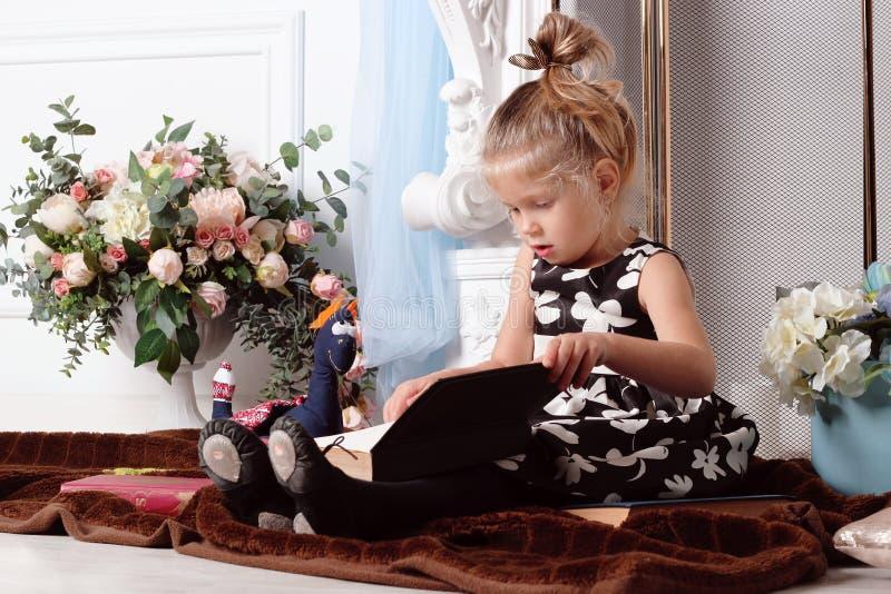 Stående av en flicka royaltyfri foto