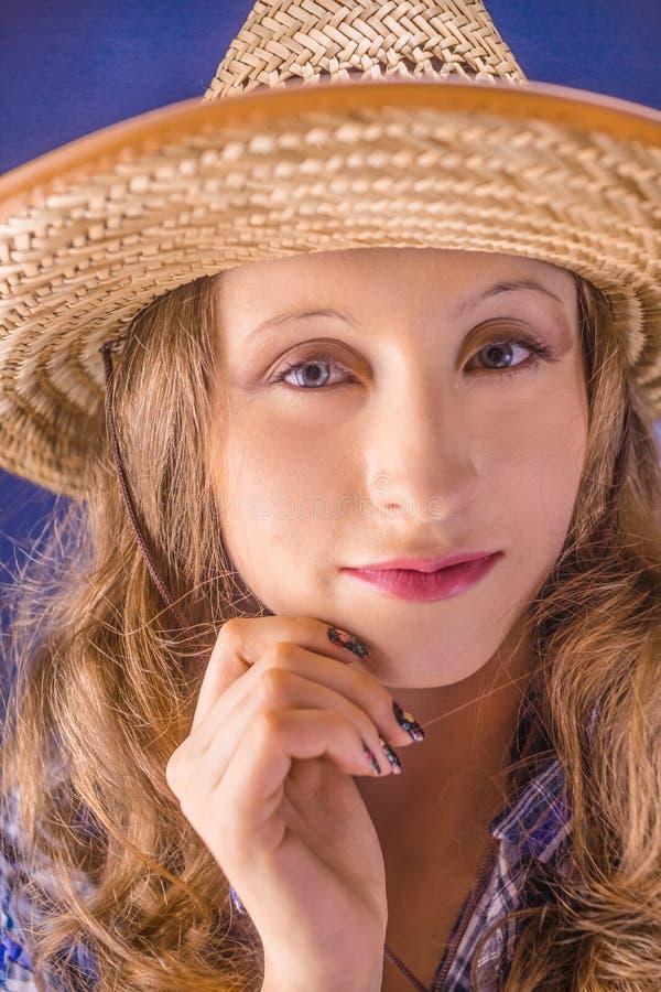 Stående av en flicka i en sugrörhatt royaltyfri bild