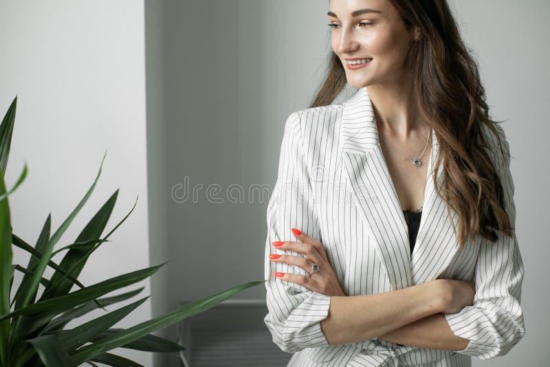 Stående av en flicka i ett kontor arkivfoto