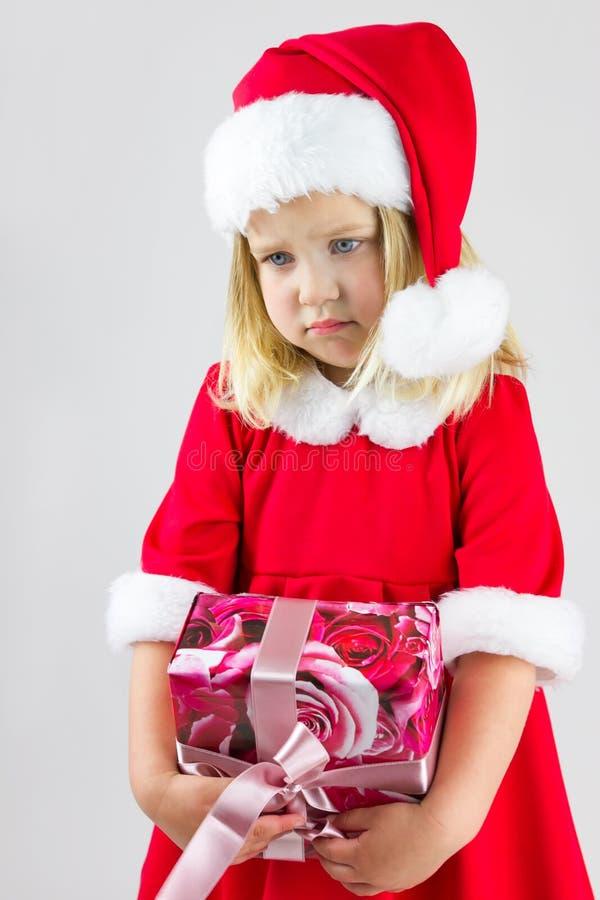 Stående av en flicka i ett rött lock för nytt år royaltyfria bilder