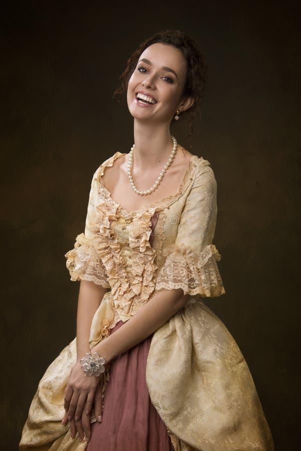 Stående av en flicka i medeltida klänning royaltyfria bilder