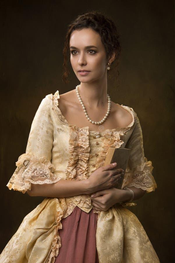 Stående av en flicka i medeltida klänning royaltyfri fotografi