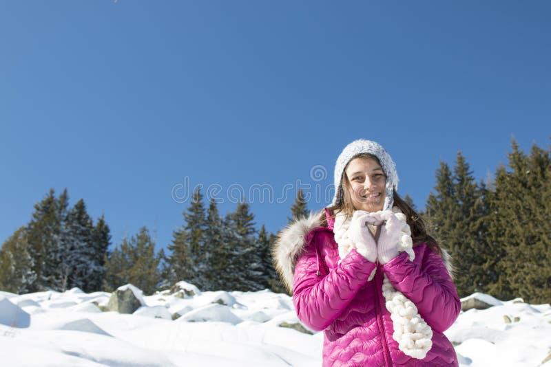 Stående av en flicka med en grå hatt i vinter royaltyfri bild