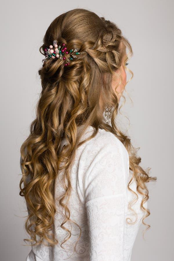 Stående av en flicka med en lång moderiktig frisyr från sidan fotografering för bildbyråer