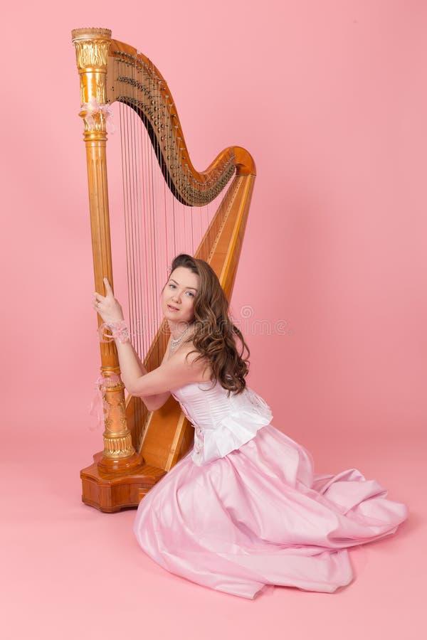 Stående av en flicka med en harpa royaltyfri fotografi