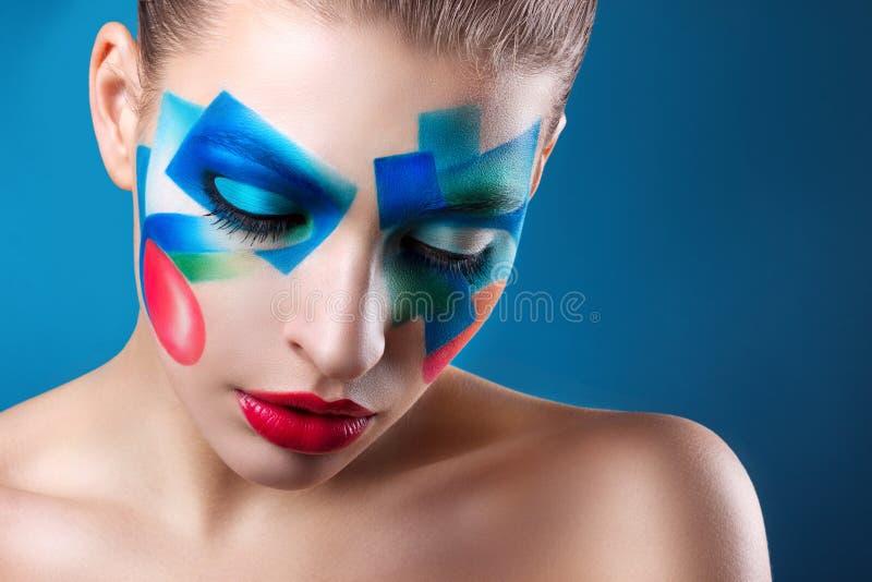 Stående av en flicka med idérikt smink arkivbild