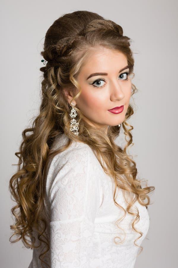 Stående av en flicka med långt trendigt hår arkivfoto