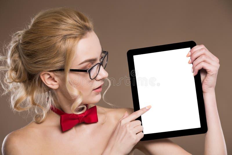 Stående av en flicka med en minnestavla i händer royaltyfri fotografi