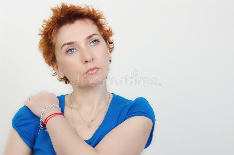 Stående av en flicka med rött hår royaltyfria foton
