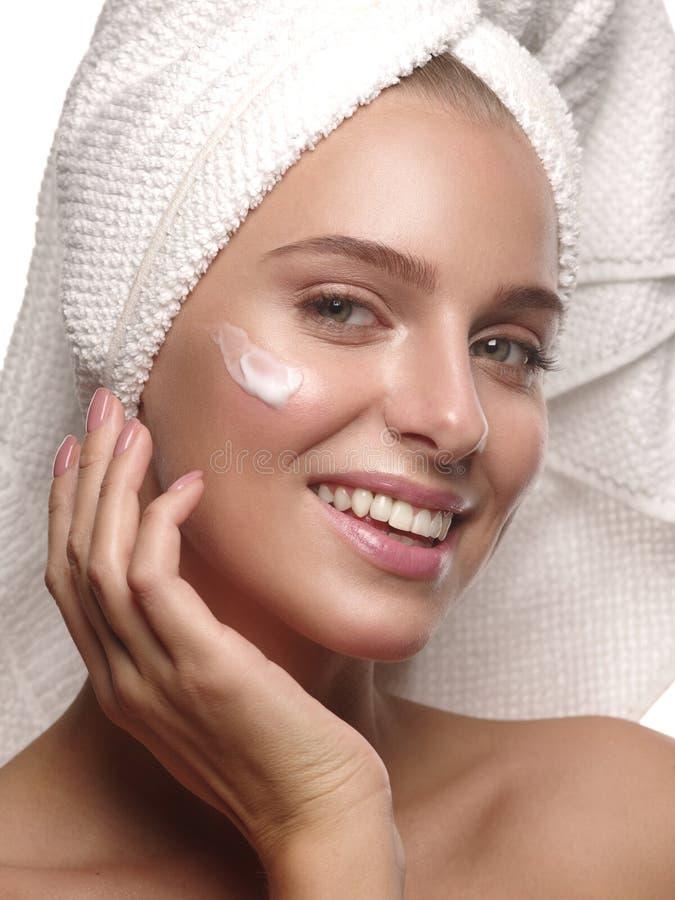Stående av en flicka med ren och sund glödande hud utan makeup, som gör daglig skincare royaltyfria bilder