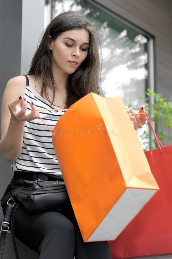 Stående av en flicka med shoppingpåsar arkivbild
