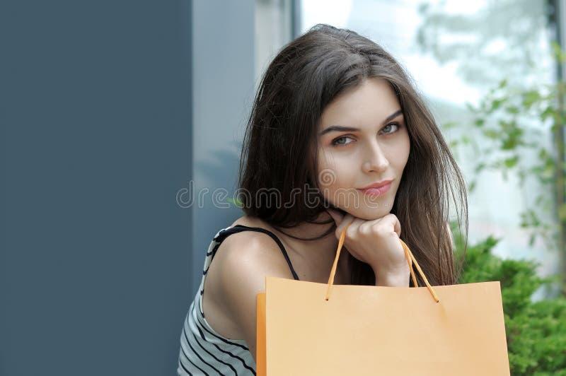Stående av en flicka med shoppingpåsar arkivfoto