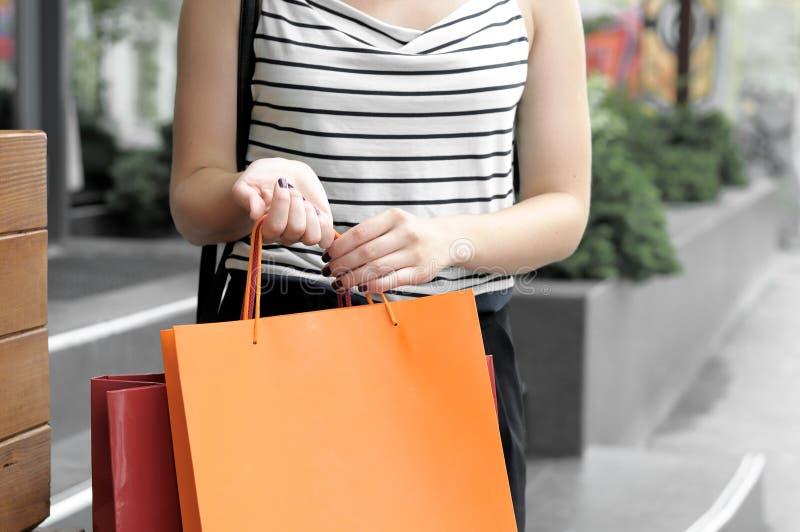 Stående av en flicka med shoppingpåsar fotografering för bildbyråer