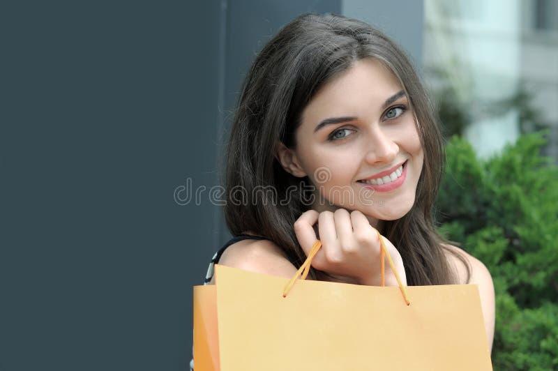 Stående av en flicka med shoppingpåsar royaltyfria bilder