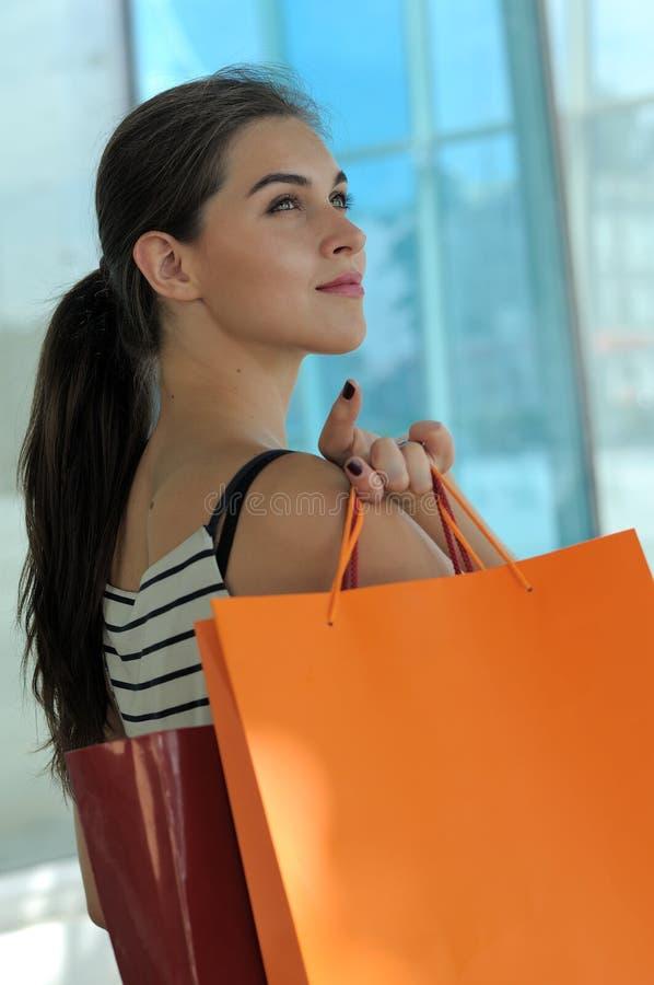 Stående av en flicka med shoppingpåsar royaltyfri fotografi