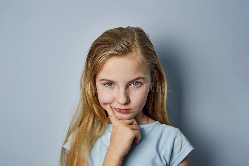 Stående av en flicka med sinnesrörelser på hennes framsida arkivbild