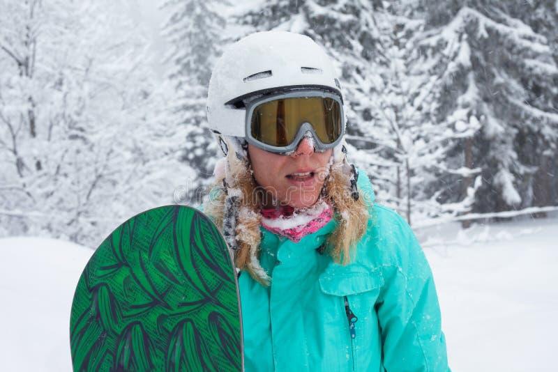 Stående av en flicka med en snowboard arkivbild