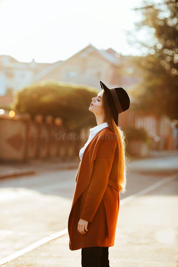 Stående av en flicka på soluppgång royaltyfri fotografi