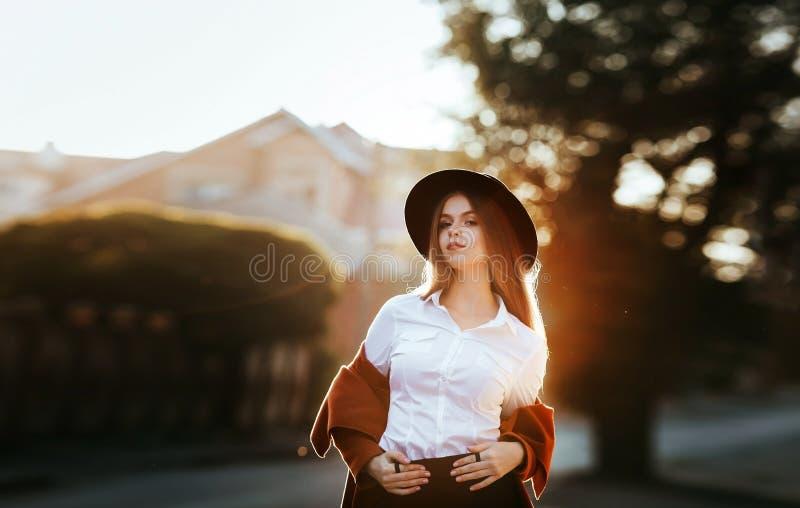 Stående av en flicka på soluppgång arkivbild