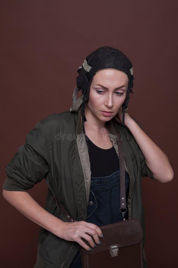 Stående av en flicka som bär en retro hjälmflygare royaltyfri fotografi