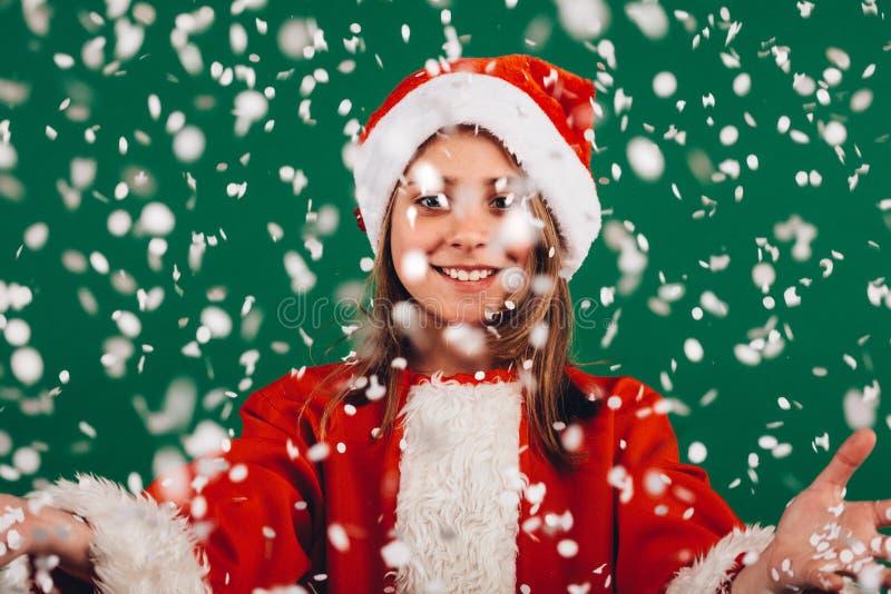 Stående av en flicka som kläs som Santa Claus royaltyfri fotografi