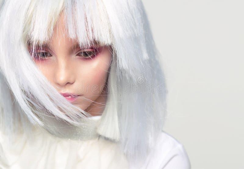 Stående av en flickanärbild i en vit peruk Fantastisk idérik bild royaltyfri foto