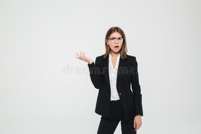Stående av en frustrerad förbryllad affärskvinna i dräkt royaltyfri foto