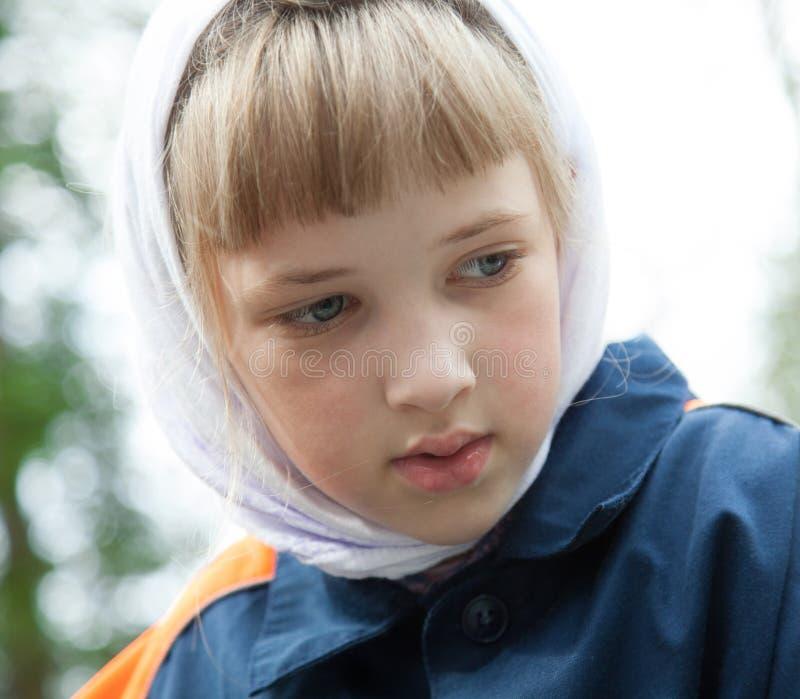 Stående av en fundersam förskolebarnflicka royaltyfri fotografi