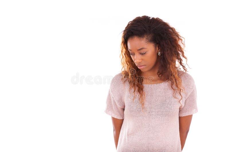 Stående av en fundersam ung afrikansk amerikankvinna - svart pe royaltyfri bild