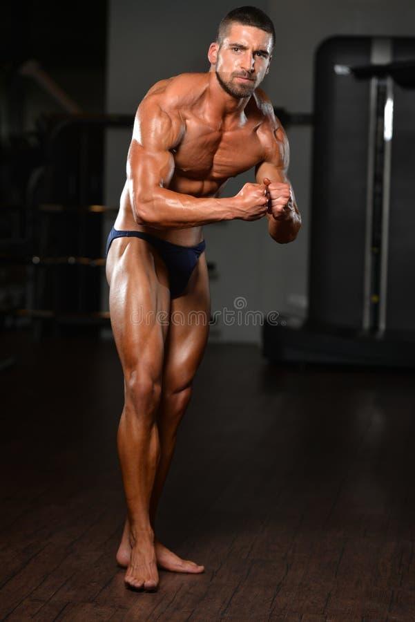 Stående av en fysiskt färdig muskulös ung man royaltyfria bilder