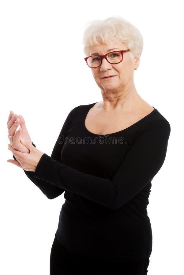 Stående av en gammal äldre dam. royaltyfri foto