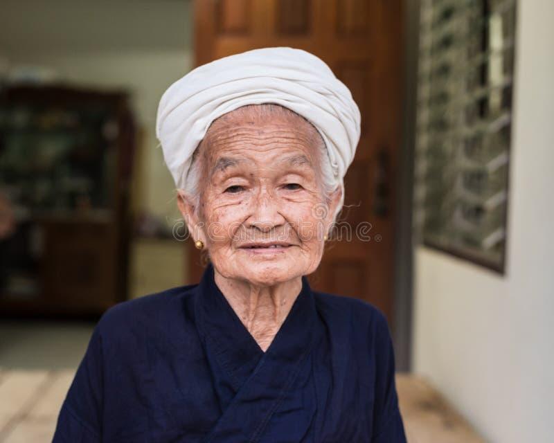 Stående av en gammal asiatisk stamkvinna royaltyfri bild