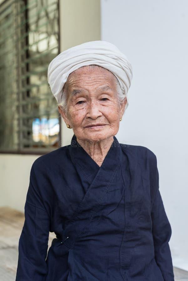 Stående av en gammal asiatisk stamkvinna arkivbild