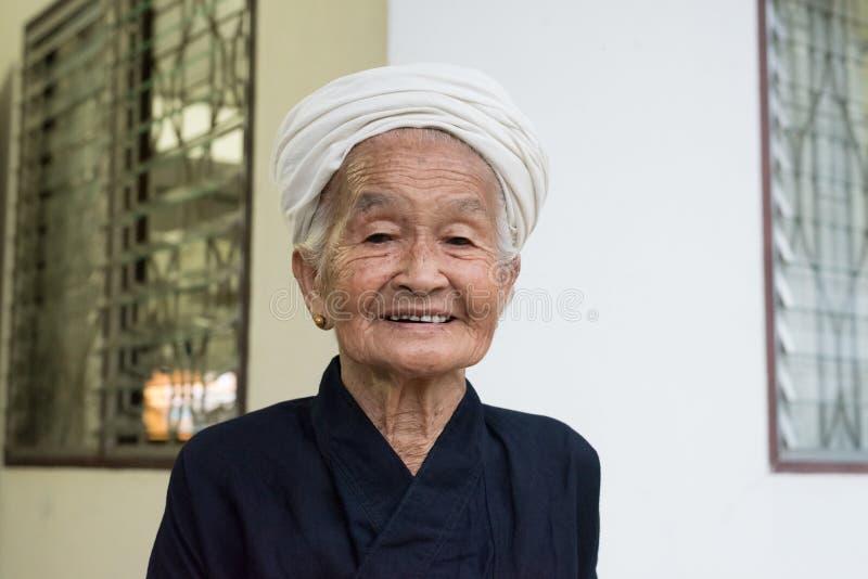 Stående av en gammal asiatisk stamkvinna royaltyfria foton