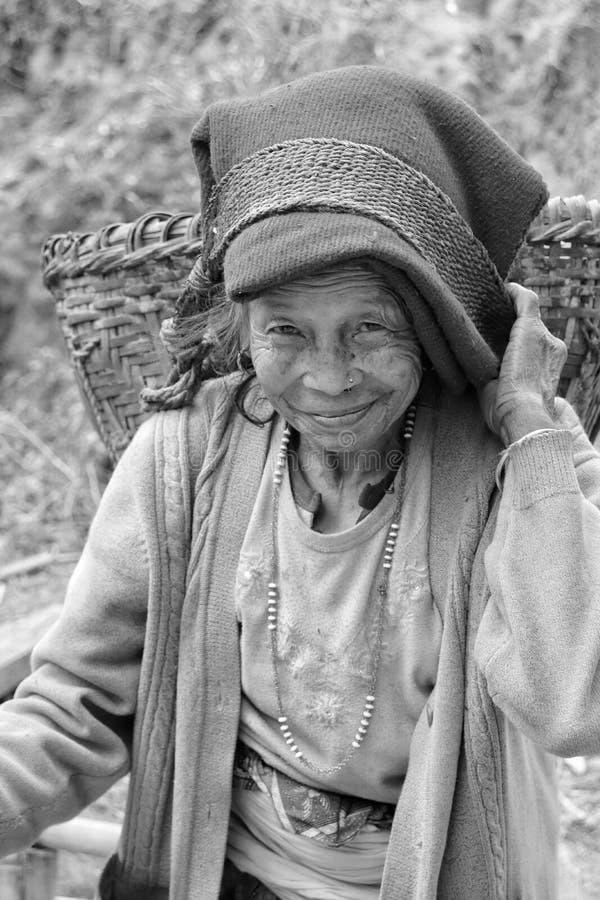 Stående av en gammal kvinna med bärande doko för härligt leende fotografering för bildbyråer