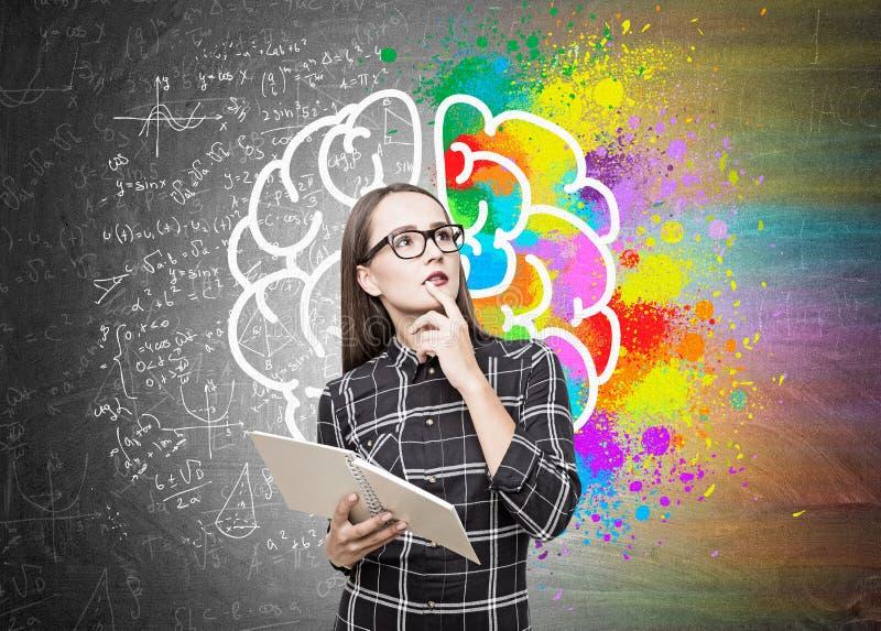 Stående av en geekflicka i exponeringsglas, hjärnformel arkivfoto