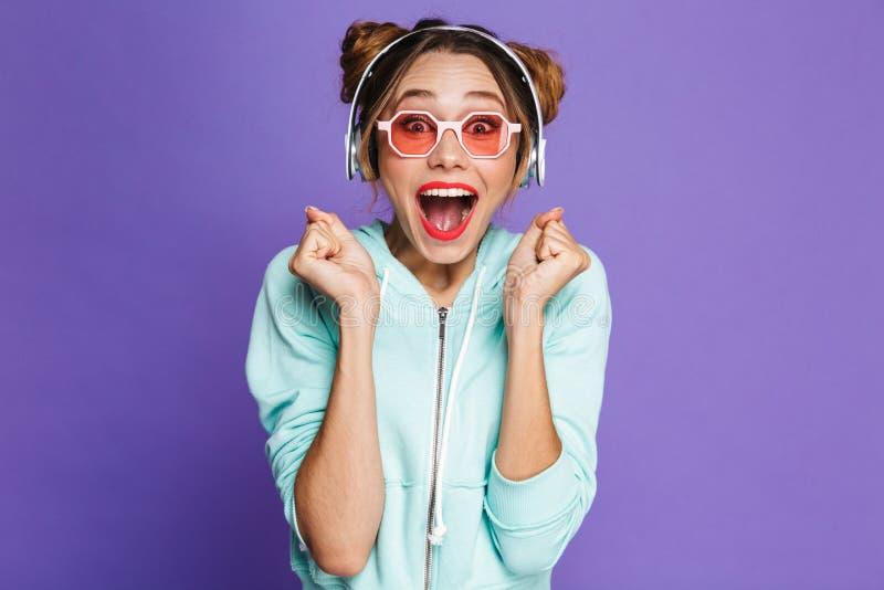 Stående av en glad ung flicka med ljus makeup royaltyfria bilder