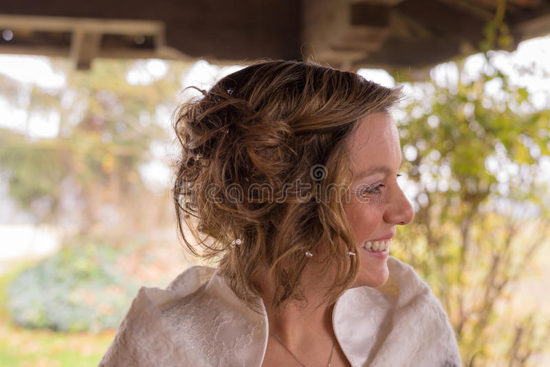 Stående av en gladlynt brud som bort ser royaltyfri fotografi