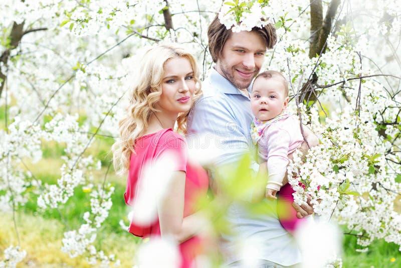 Stående av en gladlynt familj royaltyfri foto
