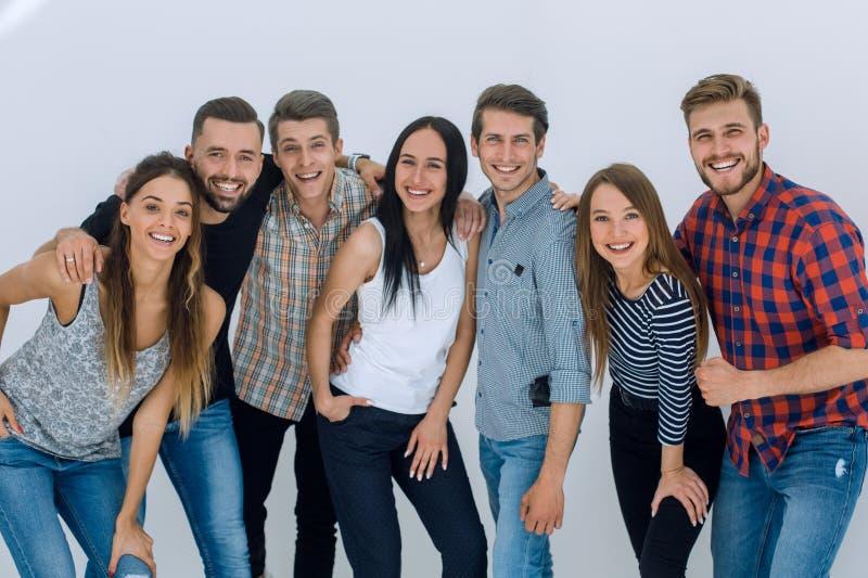 Stående av en gladlynt grupp av ungdomar arkivfoto
