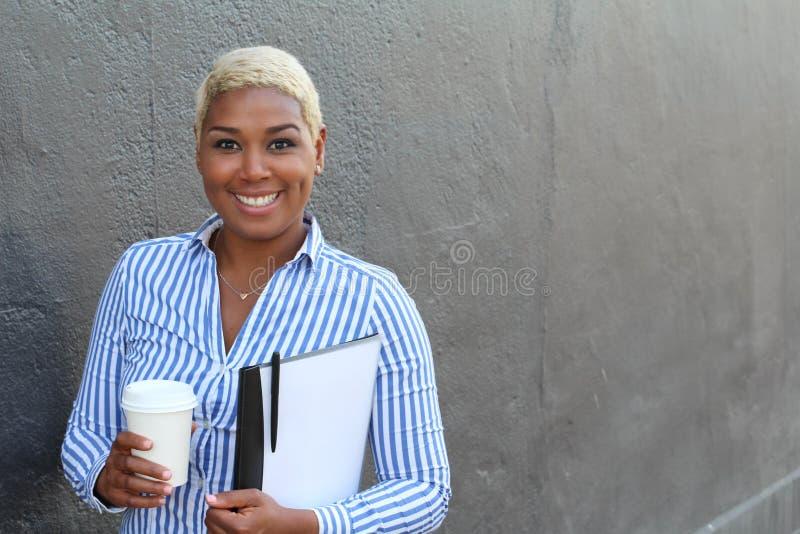 Stående av en gladlynt ung afrikansk modern affärskvinna som ler med färgat blont hår royaltyfri fotografi
