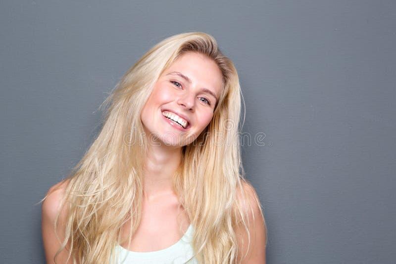 Stående av en gladlynt ung blond kvinna royaltyfria foton