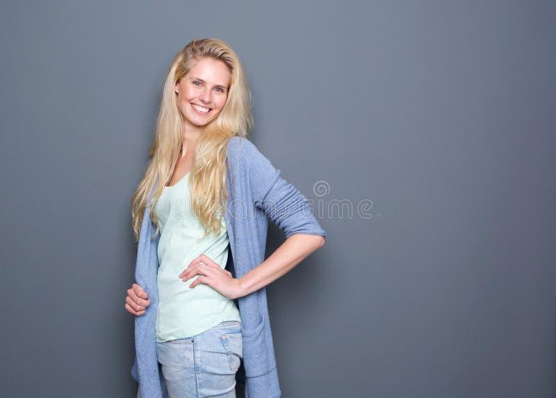 Stående av en gladlynt ung blond kvinna royaltyfri foto