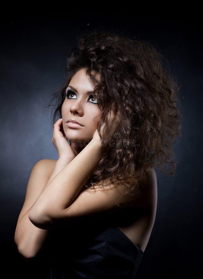 Stående av en glamourbarnkvinna arkivfoton