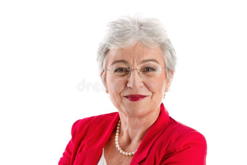 Stående av en grå haired hög affärskvinna som isoleras på whit arkivbild