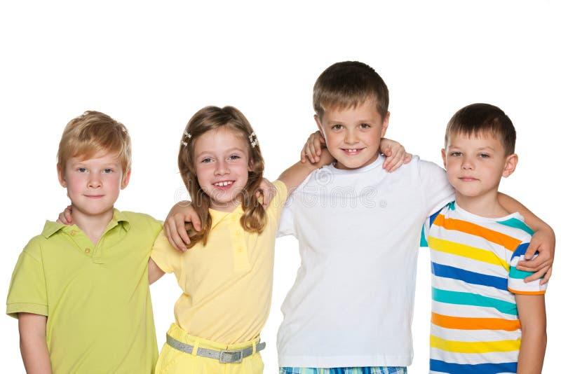Stående av en grupp av fyra le barn arkivbild