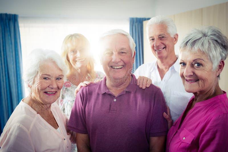 Stående av en grupp av pensionärer arkivfoton